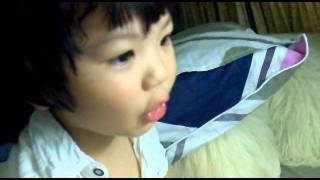 Kid choi game tren laptop.mp4