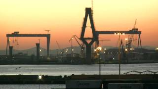 Spaniens Wirtschaft - Hafenimpressionen Cadiz, Andalusien mit Containerhafen im Sonnenaufgang