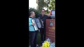 Jean canta la mormantul lui &#39&#39 Bruce Lee &#39&#39 idolul sau din copilarie in Seattl ...