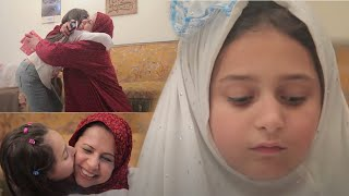 شاهد..طفلة تعطي هدية عيد الأم للخادمة بدلا من الام