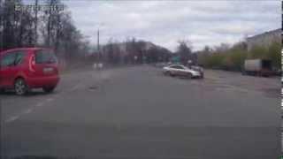 Девушка лет 50-ти(Тётя лет 50-ти на красной машинке ударила Ауди. Видео прислал автор и очевидец Алекс. У нас проводится конкур..., 2013-11-15T15:39:43.000Z)
