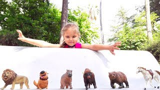 Julia playing in the park and collects animals, feeds peacocks Playground for kids