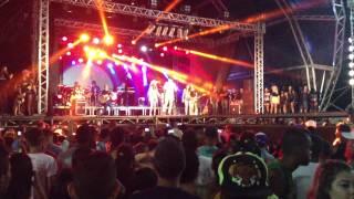 Gabriel Gava dançando o Lepo lepo com fãs no  carnaval em Mucuri Bahia