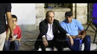 فيديو| هشام سليم يجلس على الرصيف