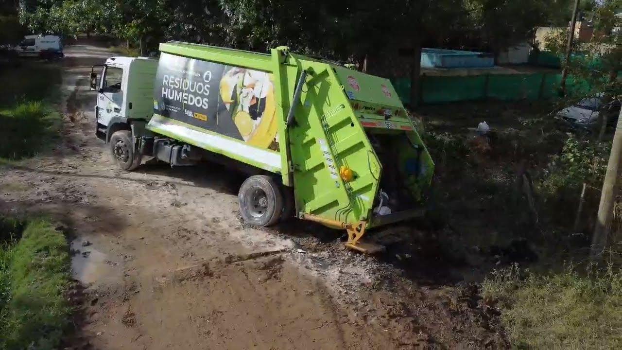 Un camión de Esur quedó encajado en calle 12