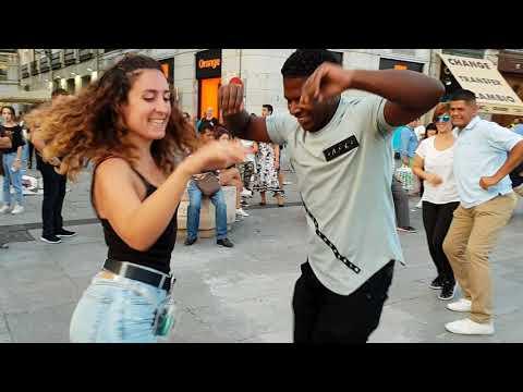 bailando salsa con señorita del publico  l salsa cubana en las calles de Madrid l Peruano animando