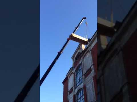Манипулятор Ярославль поднимает доски на крышу