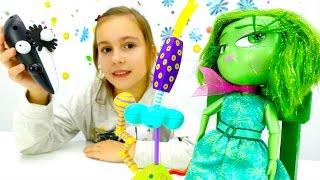 Видео для детей. Брезгливость из Головоломки и человечек из конструктора