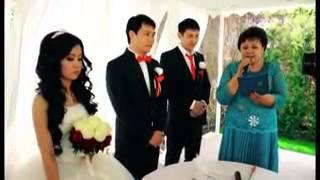 Девушка поёт для своего мужа на свадьбе