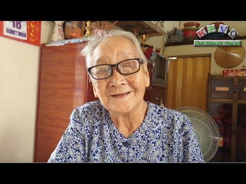 Bà cụ 90 tuổi bán vé số không chồng con mừng rơi nước mắt vì tết này đã có thịt