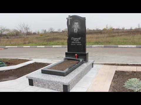 Памятник на могилу с тротуарной плиткой на кладбище в Бельцах