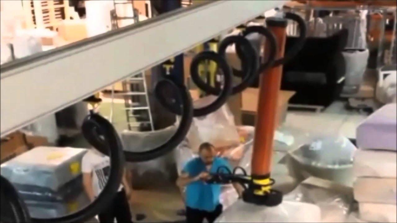 Elevador por vacío para manipular sofás retractilados en puente grúa
