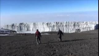 キリマンジャロの氷河は近くまで行って初めてその大きさに驚かされます...