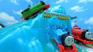 きかんしゃトーマスが氷山を登って滑って走るよぉ~!機関車トーマス トラックマスター!ゆうぴょん yupyon