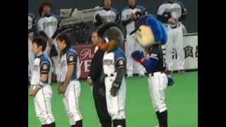 表彰式の列に並んでしまうドアラ@札幌ドーム 2012.05.25