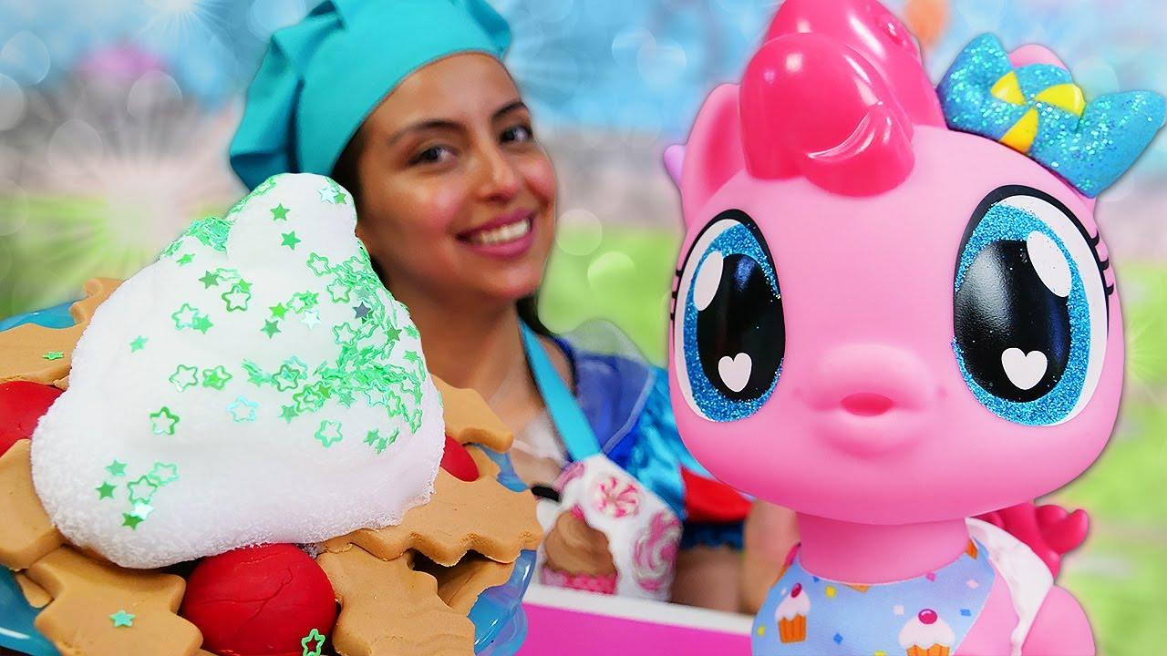 Un pastel de manzana. Cocina mágica con plastilina Play Doh. Vídeos de niñas y la muñeca bebé.