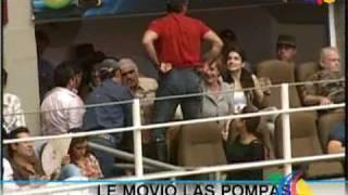 Alex Fernández besa en la boca a su papá, mamá, novia, amigos