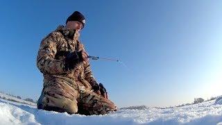Оп, есть... Ловля плотвы и окуня на безмотылку. Зимняя рыбалка 2018.