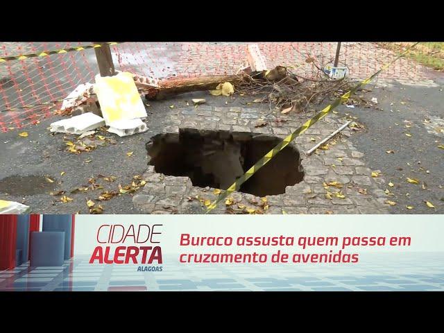 Buraco assusta quem passa em cruzamento de avenidas no Pinheiro
