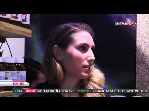 Son Set'in konukları Vakıfbank'ın oyuncuları Çağla Akın ve Melis Gürkaynak