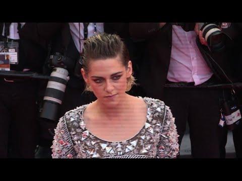 Cannes Kristen Stewart Pieds Nus Sur Le Tapis Rouge Youtube
