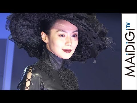 """中谷美紀、""""美貌の女盗賊""""姿でランウエーに 舞台「黒蜥蜴」制作発表会見1"""