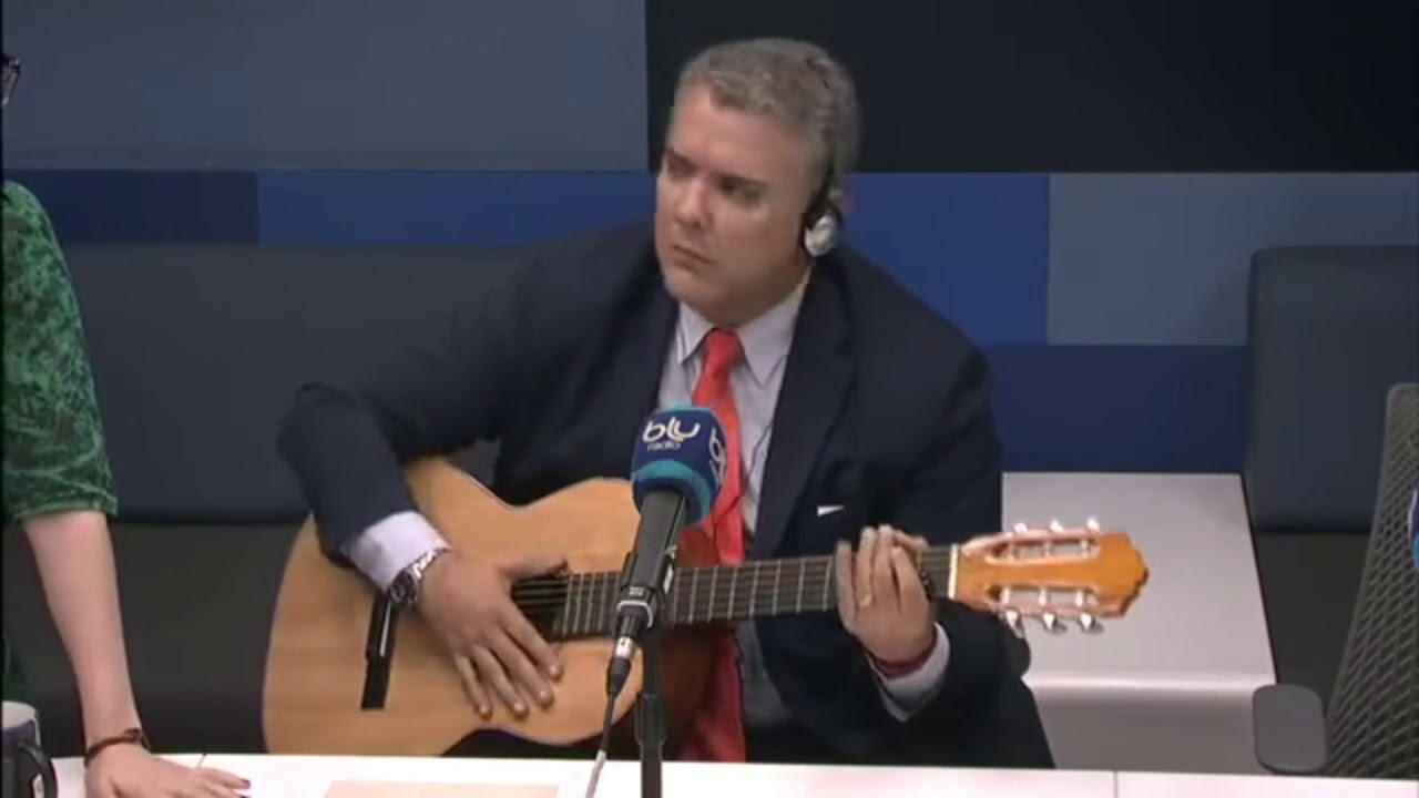 Resultado de imagen para Fotos de Iván duque tocando guitarra