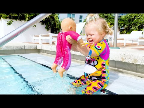 Maggie is swimming with little Naomi in the sea - new best series for kids!  