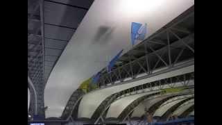 旅客ターミナルビル4Fの天井に浮かぶ青と黄色のグライダーのようなフラ...