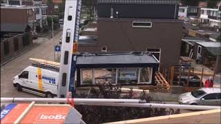 Aannemer A.Goudriaan  takelt een dakkapel op een huis.