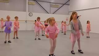 Танцы для маленьких детей. Учимся танцевать чечетку. Одно из первых занятий.