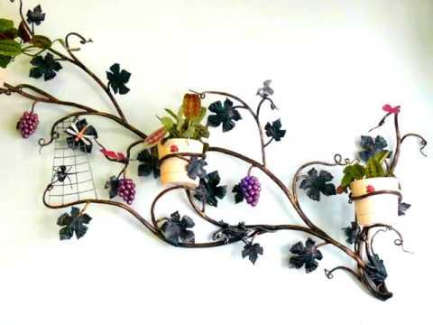 Красивая кованая подставка для цветов на стене с виноградной лозой
