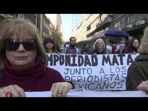 [VIDEO] Periodistas marchan rechazando asesinato de colega de La Jornada de México, Javier Valdés