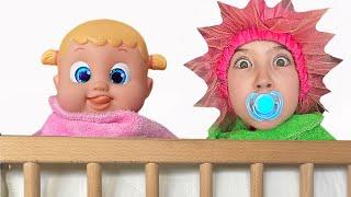 Маша стала малышом и показывает кукле что надо делать