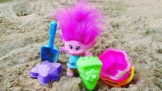 Фото Мультик ТРОЛЛИ — Песочница для малышей и развивающие игрушки — Розочка играет в песке