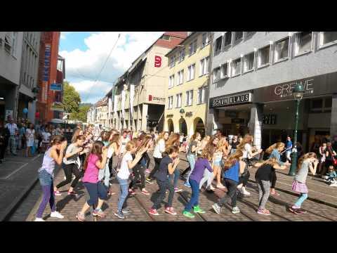 Flashmob in Freiburg, Weltkindertag, timber