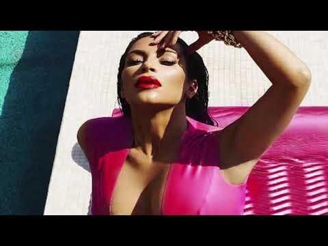 Ким Кардашьян поделались невероятными снимками в серебристом купальнике