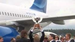 Suomen jääkiekkomaajoukkue saapui lentokentälle!