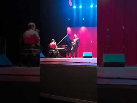 Fernando Sardinha tocando e cantando no teatro