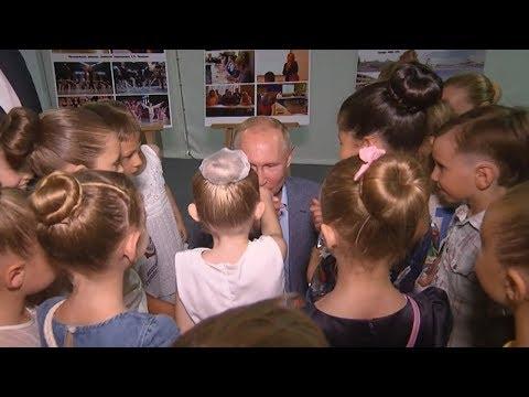 Путин поцеловал руку ученице Академии хореографии в Севастополе