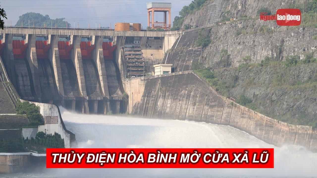 Thủy điện Hòa Bình mở cửa xả lũ, nước tung bọt trắng xóa