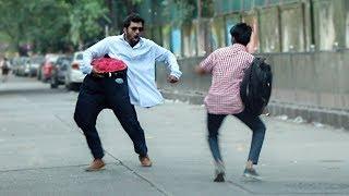 مقلب الرجل المقطوع بالنصف يرعب الناس في الشارع - شاهد ردود أفعالهم!