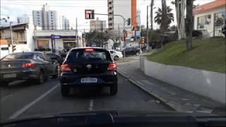 Sair de 2ª em descida e redução de 4ª para 2ª em semáforo