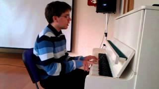Скачать Парень круто поёт и играет на пианино Talking To The Moon