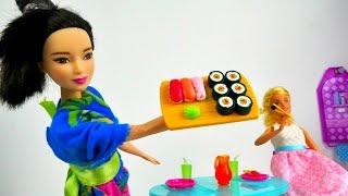 Куклы БАРБИ готовят суши. Игрушки для девочек