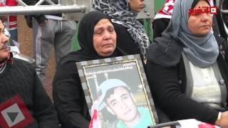 والدة أحد شهداء الدفاع الجوي تبكي على أغنية «افتح بنموت» (اتفرج)