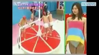 Japanese Sexy Game Show #1: Cố gắng cởi áo len bạn nữ