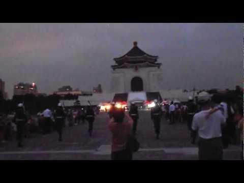 The flag guards at Chiang Kai-Shek Memorial Hall (Taipei) - 國立中正紀念堂