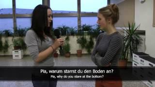 Easy German - Verbs in Action: Pia haut den Tisch