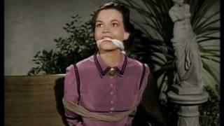 Joan Evans (Zorro) ligotée et baillonnée